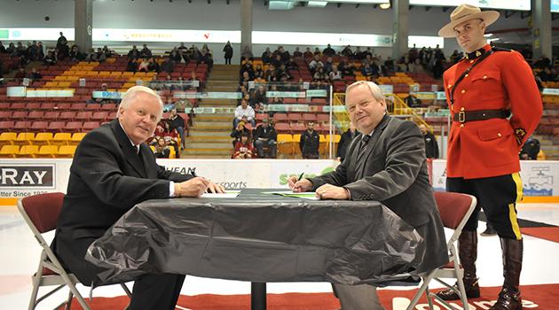 blog - Mark signing UFV Chiefs agreement 01-sm